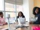 Trois femmes africaines autour d'une table dans un bureau