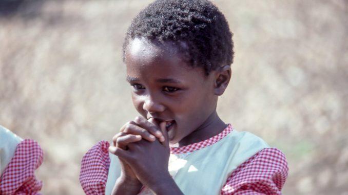 Pour lutter contre les mariages forcés, deux Lyonnais Françoise et Jean-Claude Perrin ont créé Res Publica, une association française qui a mis en place un plan de scolarisation des filles au Burkina Faso.