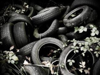 Des pneus entassés.