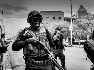 Des soldats africains, au cours d'une patrouille.