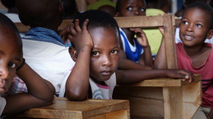 Des élèves dans une classe de Kampala, en Ouganda.