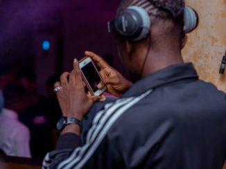 Un jeune manipulant son téléphone à Accra, au Ghana.