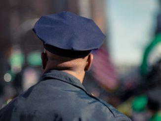 Un policier vu de dos.