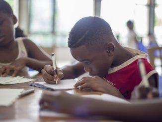 Des enfants d'origine africaine sur une table d'études.