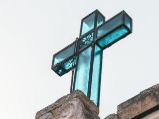 Une croix au sommet d'une église à Marzano di Nola, Italie.