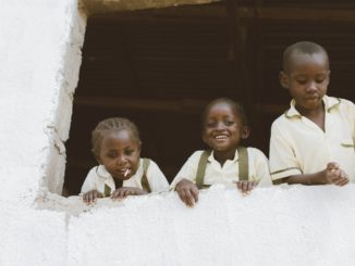 Des élèves du primaire au Liberia, pointant la tête par la fenêtre.