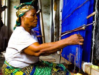 Une vieille femme africaine tisse sur un métier à tisser, dans l'Etat d'Abia au Nigeria.