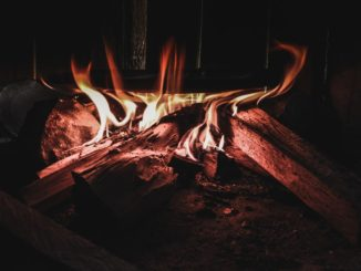 Une marmite sur un feu de bois.