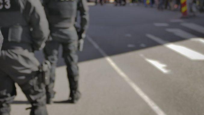 Des policiers dans la rue.